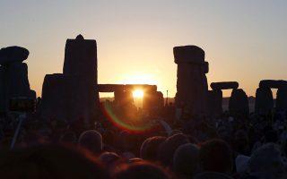 Φωτ: ΑΡ - Φέτος, λόγω των περιοριστικών μέτρων της πανδημίας, λίγοι «πιστοί» απόλαυσαν την ανατολή του ηλίου από το μημείο του Στόουνχετζ