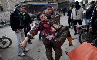 Φωτ. αρχείου ΑΡ/Rodrigo Abd - Ανδρας μεταφέρει ένα αγόρι βαριά τραυματισμένο, έπειτα από σφοδρά πυρά στην Ιντλίμπ, Μάρτιος 2012