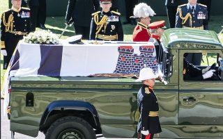 Φωτ. Danny Lawson/Pool via AP: 17 Απριλίου 2021-Το αγαπημένο  Land Rover του Δούκα του Εδιμβούργου μετέφερε το φέρετρο με τη σορό του