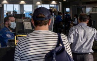 Αμερικανοί επιβάτες περιμένουν να επιβιβαστούν σε αεροπλάνο στο Ντιτρόιτ (φωτ.: Reuters).