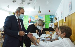 Ο Αρμένιος πρωθυπουργός Νικόλ Πασινιάν ψηφίζει κατά τις εκλογές της Κυριακής (φωτ.: Reuters).