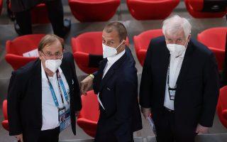 Ο πρόεδρος της UEFA, Αλεξάντερ Τσέφεριν (κέντρο) απειλεί τους Βρετανούς με μεταφορά των τελικών του Euro  στη Βουδαπέστη (φωτ.: Reuters).