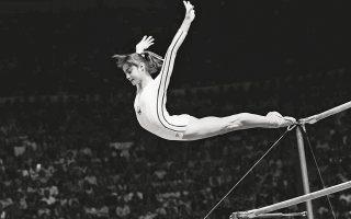 Μόντρεαλ, 18 Ιουλίου 1976. Η Νάντια Κομανέτσι ολοκληρώνει τις ασκήσεις στους ασύμμετρους ζυγούς με μια θεαματική έξοδο. Ηταν το πρώτο «10» σε Ολυμπιακούς Αγώνες, στην ιστορία της ενόργανης γυμναστικής. (Φωτ. ASSOCIATED PRESS)