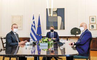 Ο πρωθυπουργός Κυριάκος Μητσοτάκης με τους υπουργούς Εξωτερικών της Ελλάδας Νίκο Δένδια και της Τουρκίας Μεβλούτ Τσαβούσογλου, κατά τη διάρκεια της χθεσινής συνάντησής τους στο Μέγαρο Μαξίμου (φωτ. A.P. Photo / Petros Giannakouris).