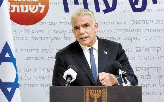 Ο κεντρώος αρχηγός της αντιπολίτευσης Γιαΐρ Λαπίντ σε χθεσινή συνέντευξη Τύπου, στην Ιερουσαλήμ. Η προθεσμία για σχηματισμό κυβέρνησης από τον ίδιο και τον υπερεθνικιστή Ναφτάλι Μπένετ εκπνέει τα μεσάνυχτα της Τετάρτης (φωτ. REUTERS).