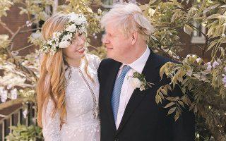 Το ζευγάρι των νεονύμφων στον κήπο της οικίας του, στην Ντάουνινγκ Στριτ, φωτογραφημένο αμέσως μετά τον «κλειστό» γάμο του, στον οποίο παρέστησαν λιγότεροι από 30 φίλοι και συγγενείς (φωτ. REUTERS).