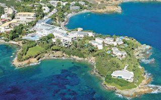 To ξενοδοχείο βρίσκεται σε μία από τις ωραιότερες χερσονήσους του νησιού, με προνομιακή θέση σε έκταση 168 στρεμμάτων και συνολικά δομημένους χώρους 34.000 τετραγωνικών μέτρων. Αποτελείται από ένα πολυτελές παραθαλάσσιο ξενοδοχειακό συγκρότημα, το οποίο περιλαμβάνει All-Suite ξενοδοχείο, ιδιωτικές σουίτες, μεζονέτες και βίλες με ιδιωτική πισίνα και εγκαταστάσεις αναψυχής και ευεξίας.