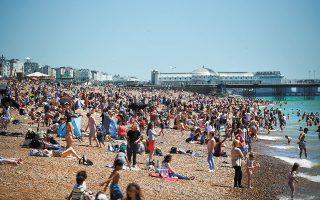 Με σύμμαχο τον καλό καιρό και μια βουτιά στη θάλασσα γιόρτασαν οι Βρετανοί ένα ορόσημο της πανδημικής περιπέτειας: δεν σημειώθηκε χθες στη χώρα ούτε ένας θάνατος από COVID-19. Πρόκειται για την πρώτη φορά που συμβαίνει αυτό από τις 30 Ιουλίου του 2020 (φωτ. REUTERS / Hannah McKay).