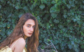 «Πριν η πόλη ξυπνήσει για τα καλά, πηγαίνω για περπάτημα στη Διονυσίου Αρεοπαγίτου – και αυτή η καθημερινή πρωινή συνήθεια είναι ένα από τα πιο ισχυρά επιχειρήματα που έχω κατά της αυτοκτονίας», λέει η Σίλια Κατραλή.