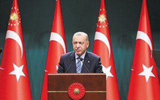 Η τελευταία παρέμβαση του Τούρκου προέδρου στην πολιτική της κεντρικής τράπεζας έγινε χθες. Μιλώντας στο κρατικό ραδιοτηλεοπτικό δίκτυο TRT μετά τη συνομιλία του με τον νέο διοικητή της κεντρικής τράπεζας, ο Ταγίπ Ερντογάν χαρακτήρισε «επιτακτική ανάγκη» το αίτημά του να μειωθούν τα επιτόκια (φωτ. AP).