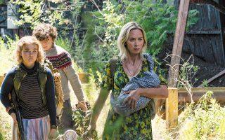 Η Εμιλι Μπλαντ μαζί με την υπόλοιπη οικογένεια παλεύουν για την επιβίωση στον στοιχειωμένο από δολοφονικά εξωγήινα όντα κόσμο της ταινίας.