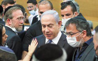 Νέα, ετερόκλητη κυβέρνηση απέκτησε χθες το Ισραήλ έπειτα από μαραθώνιες διαβουλεύσεις. Η εξέλιξη σηματοδοτεί για τον Μπέντζαμιν Νετανιάχου «τέλος εποχής» έπειτα από 12 συνεχή έτη στην πρωθυπουργία (φωτ. REUTERS / Ronen Zvulun).