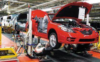 Το πρόβλημα της υπερβολικής εξάρτησης από το σύστημα της άμεσης παράδοσης είναι ορατό στις αυτοκινητοβιομηχανίες, οι οποίες έχουν μεγάλα προβλήματα από την έλλειψη μικροεπεξεργαστών που παράγονται στην Ασία (φωτ. A.P. Photo / James Crisp).