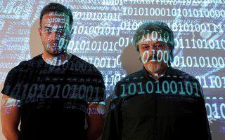 «Δημιουργούμε ένα κατανεμημένο δίκτυο πρακτόρων τεχνητής νοημοσύνης», λέει ο δρ Αναστάσιος Δρόσου (αριστερά). «Στο Διαδίκτυο των Πραγμάτων οι προκλήσεις κυβερνοασφάλειας είναι ακόμα πιο έντονες», εξηγεί ο δρ Βαγγέλης Κοψαχείλης.