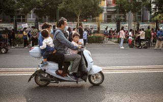 Τρίτο παιδί; Η πλειονότητα των Κινέζων που ανήκουν στην εργατική τάξη, και τα βγάζουν ήδη δύσκολα πέρα, ούτε που το συζητάει. (Φωτ. EPA / WU HONG)