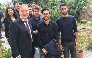 Ο Νίκος Σταμπολίδης με τους φοιτητές του στην Κρήτη.