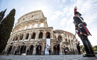 Ιταλοί καραμπινιέροι τιμούν τη μνήμη των δικαστών Τζοβάνι Φαλκόνε και Πάολο Μπορσελίνο, θυμάτων της ιταλικής μαφίας, έξω από το Κολοσσαίο (φωτ. EPA).