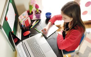 Tο σχέδιο προβλέπει, μεταξύ άλλων, την παροχή voucher για απόκτηση τεχνολογικών εργαλείων για τους μαθητές. (Φωτ. SHUTTERSTOCK)