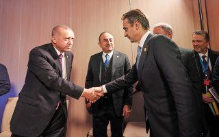 Η συνάντηση του πρωθυπουργού Κυριάκου Μητσοτάκη με τον πρόεδρο της Τουρκίας Ρετζέπ Ταγίπ Ερντογάν θα γίνει παρουσία το πολύ ενός ακόμη συνεργάτη κάθε ηγέτη στον ίδιο χώρο (φωτ. από την τελευταία συνάντησή τους, τον Δεκέμβριο του 2019 στο Λονδίνο). (ΑΠΕ-ΜΠΕ / ΓΡΑΦΕΙΟ ΤΥΠΟΥ ΠΡΩΘΥΠΟΥΡΓΟΥ / ΔΗΜΗΤΡΗΣ ΠΑΠΑΜΗΤΣΟΣ)