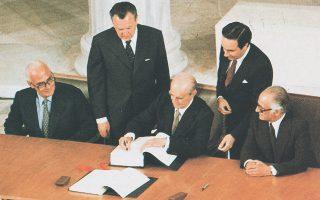 28 Μαΐου 1979, Ζάππειο. Ο Κωνσταντίνος Καραμανλής υπογράφει τη συνθήκη ένταξης της Ελλάδας στην ΕΟΚ. Δεξιά του, ο υπουργός Εξωτερικών Γεώργιος Ράλλης και αριστερά του, ο υπουργός για θέματα ΕΟΚ Γιώργος Κοντογεώργης. Οπως είπε αργότερα ο Κων. Καραμανλής στη Βουλή στις 11 Ιανουαρίου 1980, «με την ένταξή μας θα βγούμε από την αιώνια μοναξιά μας, που μας εξέθετε σε παντοειδείς κινδύνους και μας υποχρέωνε να αναζητούμε κηδεμόνες».
