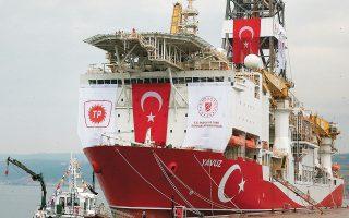 """Ο Φατίχ Ντονμέζ, απαντώντας σε ερωτήσεις στο πλαίσιο της ειδικής συνεδρίασης της 4ης Τουρκικής Συνόδου για την Ενέργεια και τους Φυσικούς Πόρους, υποστήριξε πως «υπάρχει ένα πεδίο απ' όπου λαμβάνουμε θετικές ενδείξεις, πρέπει να ανοίξουμε νέα πηγάδια εκεί. Το πλωτό μας γεωτρύπανο """"Γιαβούζ"""" βρίσκεται επί του παρόντος σε συντήρηση μακράς διαρκείας. Αφού τελειώσει αυτό, ελπίζουμε ότι θα αρχίσουμε ξανά» (φωτ. A.P. Photo / Lefteris Pitarakis)."""