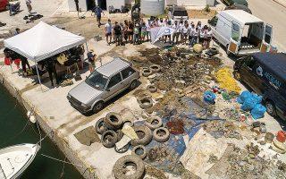 Είκοσι δύο εθελοντές δύτες πραγματοποίησαν υποβρύχιο καθαρισμό στο αλιευτικό λιμάνι της Βλυχάδας στη Σαντορίνη και παράκτιο καθαρισμό παραλιών, επισημαίνοντας ότι οι κάτοικοι ή οι επισκέπτες δεν δείχνουν ιδιαίτερη ευαισθησία σε θέματα προστασίας του θαλάσσιου περιβάλλοντος.