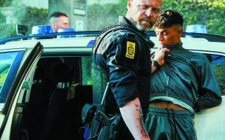 Δύο αστυνομικοί καταλήγουν παγιδευμένοι σε ένα γκέτο μεταναστών, την ώρα ακριβώς που η βία κορυφώνεται και οι ίδιοι μετατρέπονται σε κινούμενα θηράματα. Μαζί τους θα βρεθεί και ένας ντόπιος νεαρός, που πιθανώς αποτελεί το «κλειδί» για τη σωτηρία τους. Φωτ. ΤΙΝΕ HARDEN