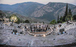 Η ορχήστρα musicAeterna και ο μαέστρος Θεόδωρος Κουρεντζής ερμήνευσαν την περασμένη Κυριακή στο αρχαίο θέατρο Δελφών την Εβδόμη του Μπετόβεν, στο πλαίσιο ενός εννιάωρου μουσικού μαραθωνίου προς τιμήν του Γερμανού μουσουργού (φωτ. Ανδρέας Σιμόπουλος).