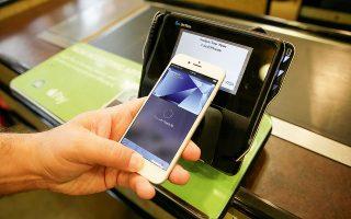 Ναυαρχίδα των προϊόντων της Viva είναι το tap on phone, υπηρεσία μέσω της οποίας το κινητό λειτουργεί ως τερματικό αποδοχής καρτών για τον έμπορο, επιτρέποντας στις επιχειρήσεις να δέχονται ανέπαφες πληρωμές ή με PIN, χωρίς την ανάγκη ύπαρξης τερματικού (φωτ. AP).