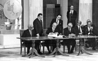 Ο Κων. Καραμανλής θεωρούσε ότι γεωπολιτικά η ένταξη στην τότε ΕΟΚ παρείχε στη χώρα σοβαρό πλεονέκτημα απέναντι στην Τουρκία και ότι παρά το χάσμα στο οικονομικό πεδίο «οι Ελληνες θα μάθουν να κολυμπούν».