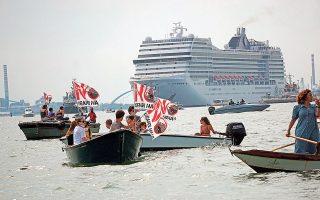 Διαδήλωση... εν πλω από κατοίκους της Βενετίας με σύνθημα «Οχι στα μεγάλα πλοία» (φωτ. EPA / Andrea Merola).