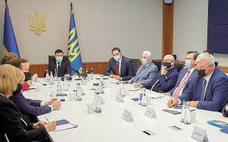 Aμερικανοί γερουσιαστές σε πρόσφατη συνάντηση (2 Ιουνίου) με τον Ουκρανό πρόεδρο Β. Ζελένσκι, στο Κίεβο. Στο ανακοινωθέν γίνεται αναφορά στην πρόσφατη συγκέντρωση ρωσικών δυνάμεων στα ουκρανικά σύνορα (φωτ. EPA).