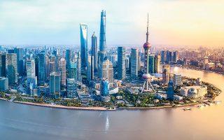 Η οικονομική δύναμη που συγκεντρώνει η Σαγκάη, το μεγαλύτερο χρηματοπιστωτικό κέντρο της Κίνας, απειλείται σημαντικά από την άνοδο της στάθμης των ωκεανών, με αποτέλεσμα να τίθενται σε κίνδυνο περίπου 973,7 δισ. δολ. του ΑΕΠ της, όπως υπολογίστηκε το 2019 (φωτ. SHUTTERSTOCK).