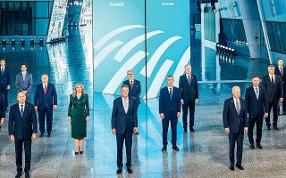Οι ηγέτες των κρατών-μελών του ΝΑΤΟ στην καθιερωμένη «οικογενειακή» φωτογραφία, στο πλαίσιο της συνόδου κορυφής της Συμμαχίας στις Βρυξέλλες (φωτ. REUTERS).