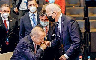 Πολιτικοί αναλυτές τονίζουν πως από τη συνάντηση Μπάιντεν - Eρντογάν δεν προέκυψαν θετικά μηνύματα προς την Αγκυρα και εκτιμούν ότι ίσως αυτός είναι ο λόγος που η τουρκική λίρα υποτιμήθηκε 1% έναντι του δολαρίου μετά τις δηλώσεις του Τούρκου προέδρου (φωτ. Olivier Matthys / Pool via REUTERS).