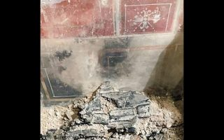 Τόσο τα ευρήματα όσο και τα ίχνη της πυρκαγιάς στον παλιό κινηματογράφο Astra φέρνουν στη μνήμη την Πομπηία, η οποία καταστράφηκε ολοσχερώς το 79 μ.Χ. από έκρηξη του Βεζούβιου.