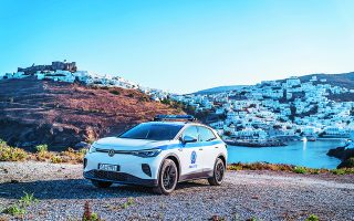 Το πρώτο αμιγώς ηλεκτρικό αστυνομικό αυτοκίνητο στην Ελλάδα, ένα Volkswagen ID.4, περιπολεί από την προηγούμενη εβδομάδα στην Αστυπάλαια.