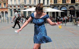 Η νεαρή Γαλλίδα έχει, εκτός των άλλων, έναν ακόμη λόγο να χαίρεται: από την Κυριακή παύει να ισχύει στη χώρα της η απαγόρευση νυχτερινής κυκλοφορίας στις 11 μ.μ. (φωτ. AP Photo/Michel Spingler).