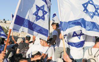 H πορεία χιλιάδων Εβραίων εθνικιστών με σημαίες του Ισραήλ στην Παλιά Πόλη της Ιερουσαλήμ αντιμετωπίσθηκε ως πρόκληση από τη Χαμάς (φωτ. EPA).