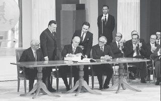 Στις 28 Μαΐου 1979, ο Κωνσταντίνος Καραμανλής υπέγραφε στο Ζάππειο Μέγαρο τη συνθήκη προσχώρησης της Ελλάδας στις Ευρωπαϊκές Κοινότητες. Μια σύντομη αποτίμηση των 40 χρόνων της Ελλάδας στην Ε.Ε. μάς οδηγεί να αναλογισθούμε με ανακούφιση τη θέση της χώρας μας σήμερα, σε σύγκριση με τον εφιάλτη τού πώς θα ήταν η Ελλάδα εκτός της Ε.Ε. (φωτ. ΑΠΕ)