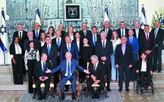 Η νέα κυβέρνηση του Ισραήλ. Εκτός από τους υπουργούς, ξεχωρίζουν (στην πρώτη σειρά, καθήμενοι) από αριστερά: ο πρωθυπουργός Ναφτάλι Μπένετ, ο πρόεδρος της χώρας Ρούβεν Ρίβλιν και ο κυβερνητικός εταίρος (θα αναλάβει την πρωθυπουργία σε δύο χρόνια) και υπουργός Εξωτερικών Γιαΐρ Λαπίντ.  Φωτ. EPA / ATEF SAFADI