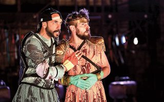 O Πάνος Μουζουράκης (αριστερά) και ο Κωνσταντίνος Πλεμμένος θα είναι οι Δημοσθένης και Νικίας στους αριστοφανικούς «Ιππείς» του Εθνικού Θεάτρου, σε σκηνοθεσία του Κωνσταντίνου Ρήγου. Η «Κ» παρακολούθησε τις τελευταίες πρόβες λίγο πριν οι συντελεστές βρεθούν στην Επίδαυρο για την παράσταση με την οποία θα ανοίξουν τα Επιδαύρια, στις 25 Ιουνίου (φωτ. ΝΙΚΟΣ ΚΟΚΚΑΛΙΑΣ).