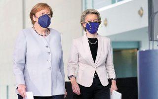 Η Αγκελα Μέρκελ και η πρόεδρος της Ευρωπαϊκής Επιτροπής, Ούρσουλα Φον ντερ Λάιεν, προσέρχονται στη χθεσινή συνέντευξη Τύπου στο Βερολίνο (φωτ. REUTERS).
