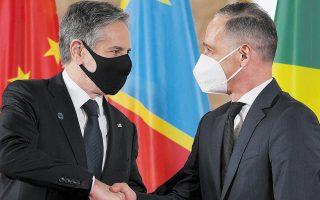 O υπουργός Εξωτερικών της Γερμανίας Χάικο Μάας (δεξιά) υποδέχεται τον Αμερικανό ομόλογό του Αντονι Μπλίνκεν στη διεθνή σύνοδο για τη Λιβύη (φωτ. REUTERS).