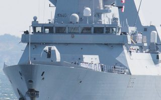 Tο αντιτορπιλικό του βρετανικού πολεμικού ναυτικού «Ντεφέντερ» προσεγγίζει το λιμάνι της Οδησσού (φωτ. REUTERS).