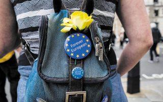 Πάνω από 2,7 εκατ. πολίτες της Ε.Ε. που ζουν για περισσότερα από πέντε χρόνια στη Βρετανία έχουν λάβει καθεστώς μόνιμης εγκατάστασης (φωτ. A.P.).