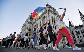 Διαδηλώτριες κατά του νομοσχεδίου της ουγγρικής κυβέρνησης περί νέων περιορισμών εις βάρος των δικαιωμάτων των ομοφυλοφίλων και της ΛΟΑΤΚΙ κοινότητας, στη Βουδαπέστη (φωτ. REUTERS).