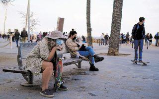 Περαστικοί στην παραλία της Βαρκελώνης. Μία από τις δυνατότητες που παρέχει η εφαρμογή είναι η αποφυγή της έκθεσης στο ηλιακό φως (φωτ. REUTERS).
