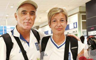 Η Ευαγγελία Ψάρρα με τον σύζυγο και προπονητή της, Αλέκο Νασιούλα, κατά την άφιξή τους από το προολυμπιακό τουρνουά.