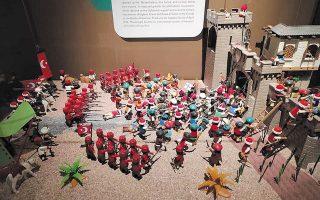 Μικρόσωμες πολύχρωμες φιγούρες «συνθέτουν» πεδία μαχών, αναπαριστούν ιστορικά γεγονότα, απεικονίζουν σημαίνουσες μορφές του Αγώνα.